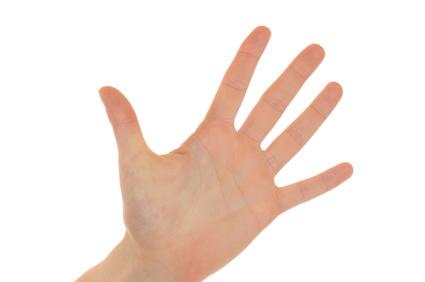 Hand einer jungen Frau vor weißem Hintergrund - Hand of a young woman isolated on white